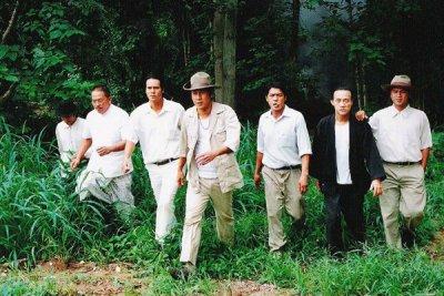 ผู้ชาย7คนเดินออกมาจากป่า